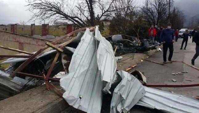 Bursa'da şiddetli lodos çatıyı uçurdu