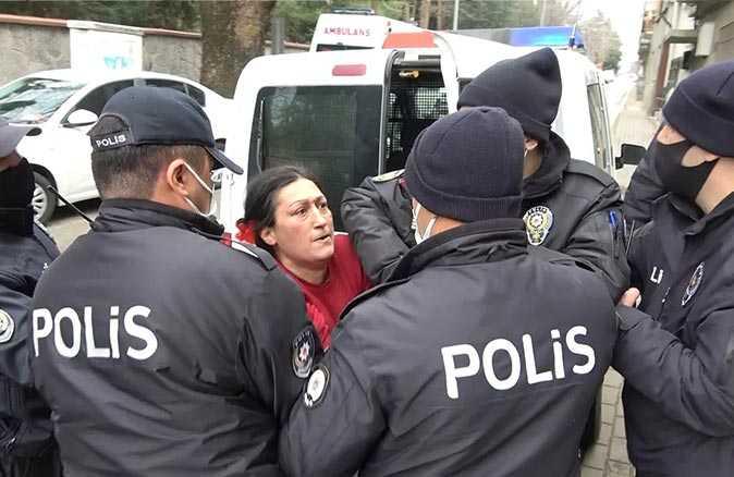 Polise çaydanlıkla saldıran kadın hırsını alamayınca mahalleliye sopayla saldırdı