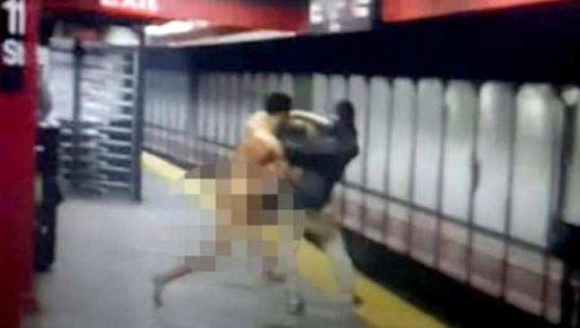 Metro raylarına atlayan çıplak adam, ortalığı karıştırdı