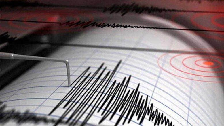 Depremde zarar gören evin duvarlarında büyük çatlaklar oluştu