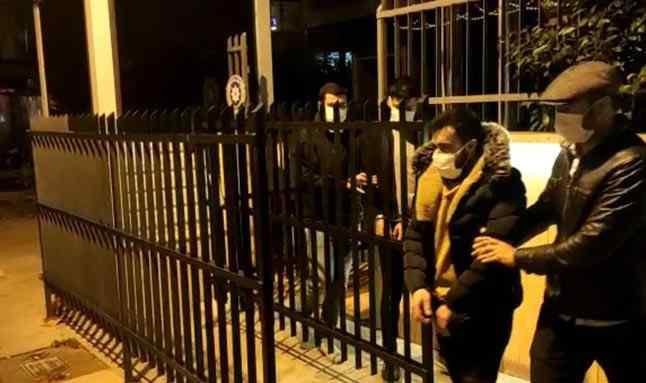 İstanbul Kadıköy'de yaşlı bir kadın, kendilerini 'hakim', 'savcı' ve 'polis' olarak tanıtan dolandırıcıları suç üstü yakalattı.