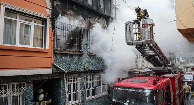 Fatih'te sebebi bilinmeyen yangında 2 katlı bina kül oldu