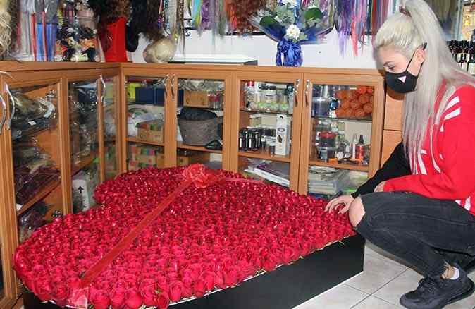 Korona aşklarına engel olmadı! Almanya'daki sevgilisinden 1001 gülden oluşan kalp geldi