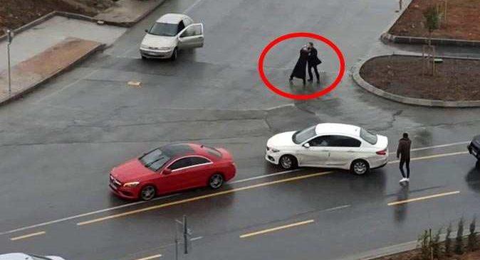 İstanbul'da yol ortasında şoke eden görüntüler! Yardımına çevredekiler koştu