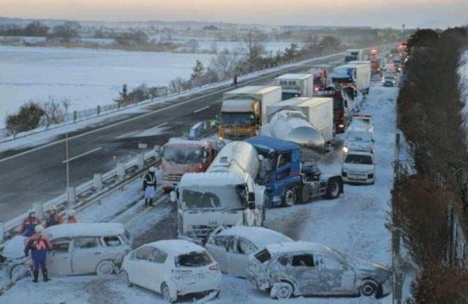 Japonya'da 130 araç birbirine girdi! Ölü ve yaralılar var