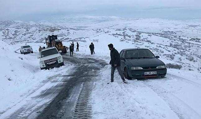Elazığ'da karda mahsur kalan 15 kişi kurtarıldı