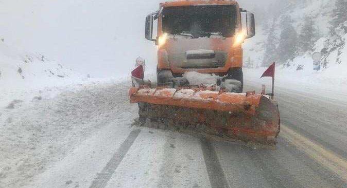 Antalya karayolunda kar kalınlığı 30 santimetreye ulaştı, ekipler çalışma başlattı