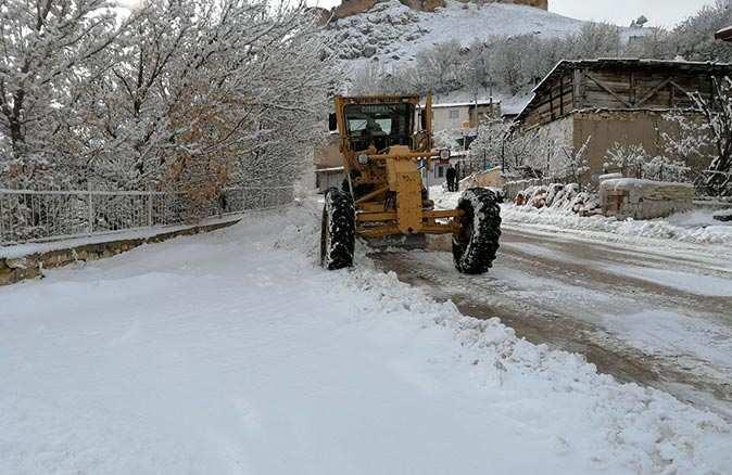 Bayburt'ta karlı yolları açma mücadelesi