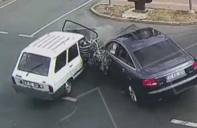 Emniyet kemeri takmayan kadın otomobilden fırladı!