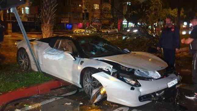 Refüje çıkıp ağaca çarptı! Lüks otomobil kullanılamaz hale geldi