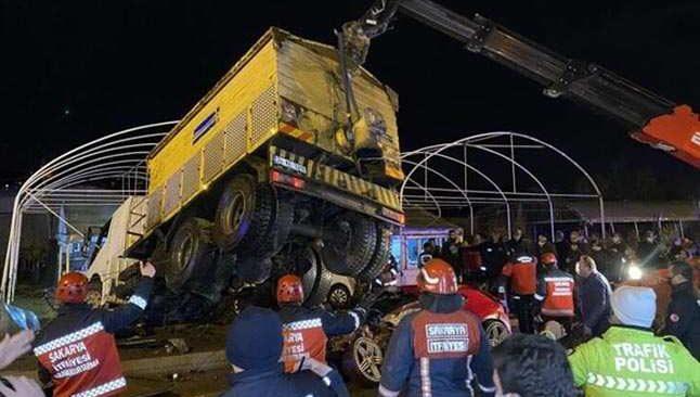 Kontrolden çıkan kamyon 2 aracın üzerine devrildi