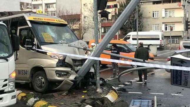 Otomobille çarpışan minibüs direğe çarptı! Yaralılar var...