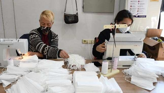 Kemer'de maske üretimine devam