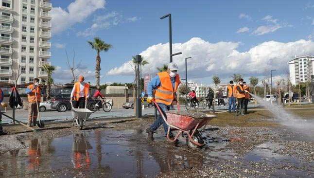Fırtına Konyaaltı'nda 100 ağaca zarar verdi