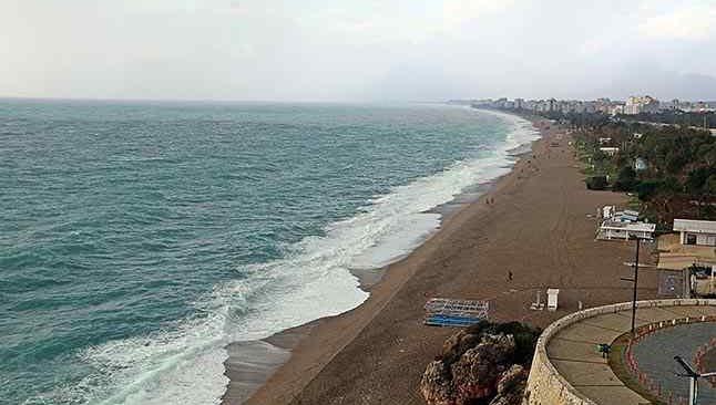 Dünyaca ünlü Konyaaltı Sahili beyaza büründü