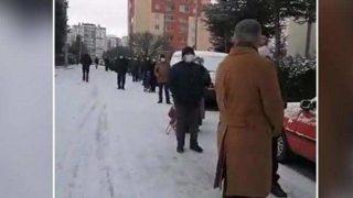 Kayseri'de vatandaşlar ucuz elma için dondurucu soğukta kuyruğa girdi