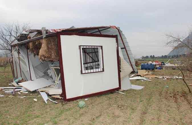 Fırtına konteyner evi 30 metre uçurdu