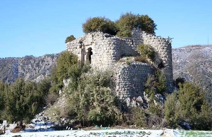 Orta Çağ'da yapıldığı tahmin edilen Mencik Kalesi görenleri büyülüyor