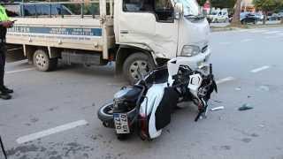 Ehliyetsiz kullandığı motosikletle kamyonete çarptı!