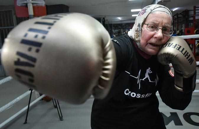 75 yaşındaki Naciye Hanım, parkinsonu yenmek için boks yapıyor