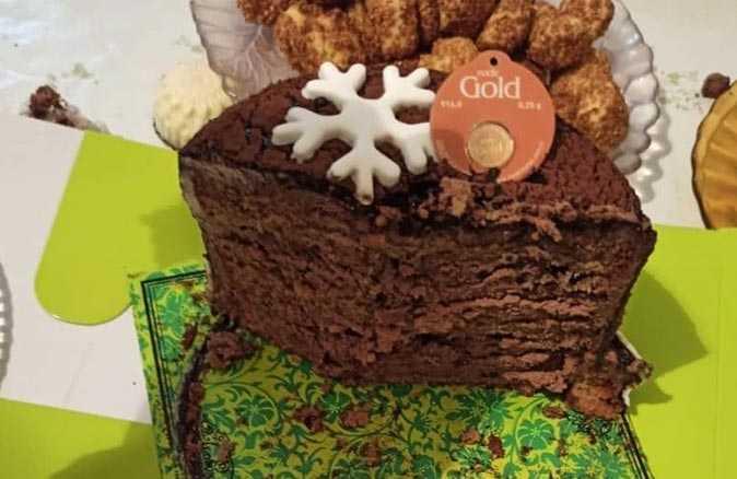 Yılbaşı için aldıkları pastadan çıkan şok etti!