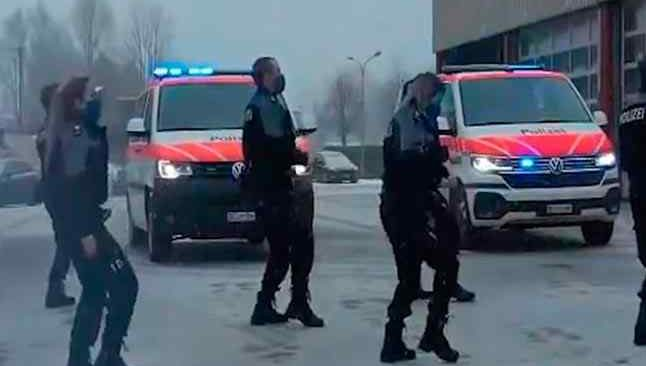 İsviçreli polislerin bu dansı viral oldu