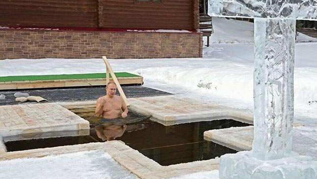 Putin dondurucu soğuklukta suya girdi