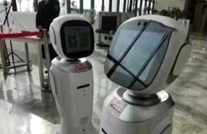 İki robotun tartıştığı anlar sosyal medyayı salladı