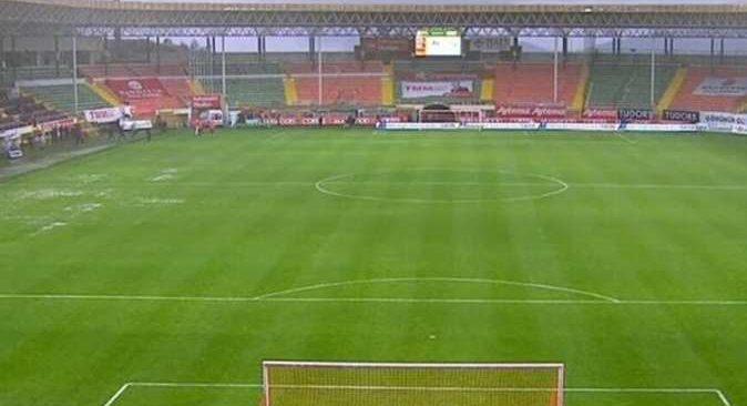 Alanyaspor - Sivasspor maçı şiddetli yağış nedeniyle ertelendi
