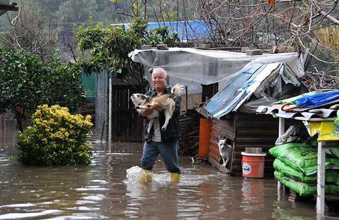 'Turuncu kod' uyarısı yapılan Antalya'yı sağanak yağış vurdu