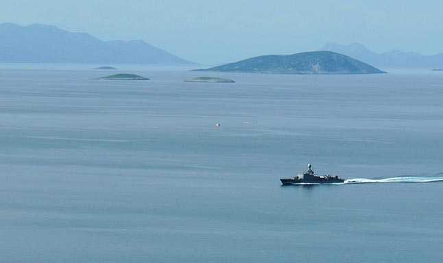 Kardak kayalıklarında dün yaşanan gerginliğin ardından bölgeye 1 savaş gemisi ve 1 hücum botu gönderildi.