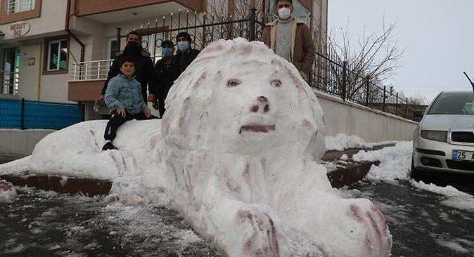 Bu sefer kardan adam değil kardan aslan yaptılar