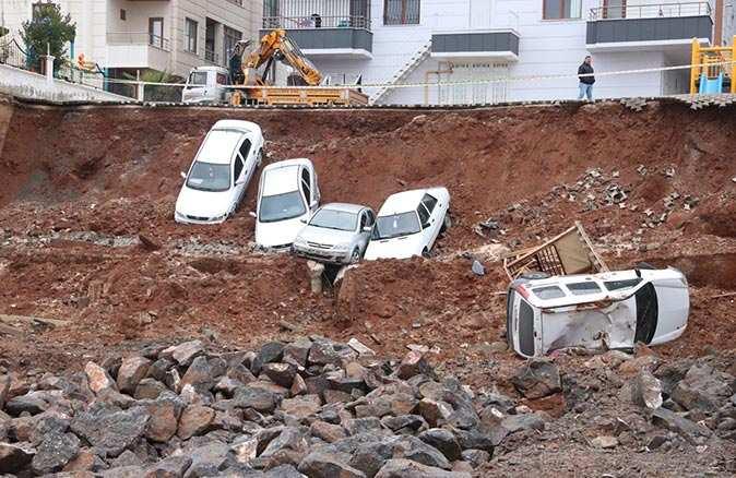 Şanlıurfa'da istinat duvarı çöktü: 6 araç kazı alanına düştü