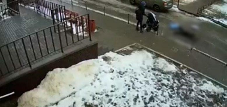 Balkondan bakan kişi 5 aylık bebeğin üzerine düştü