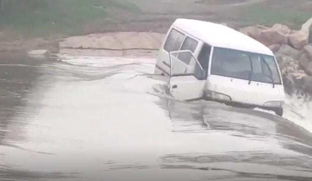 Suya kapılan minibüste can pazarı yaşandı