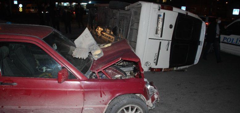 Otomobille çarpışan işçi servisi yan yattı
