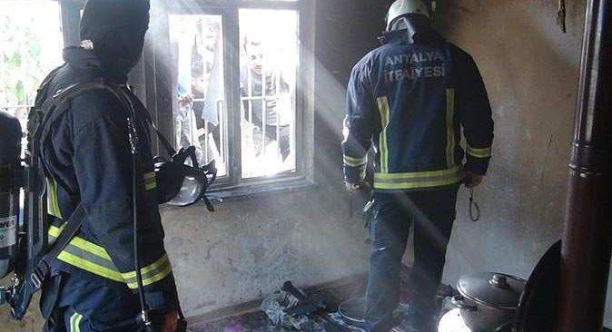 Evleri alev alev yanan anne mahsur kalan çocuklarını kurtardı