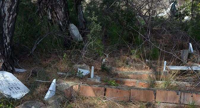 Mezarlığa çirkin saldırı! 6 kişinin mezar taşı kırıldı