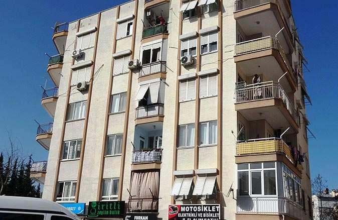 Dengesini kaybeden adam 5'inci kattan düştü