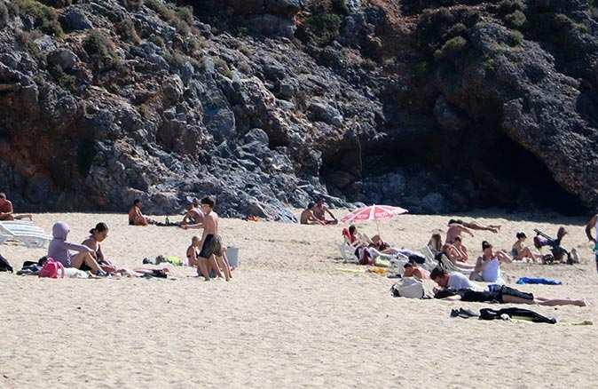 Kısıtlamadan muaf turistler güzel havanın keyfini denizde çıkardı