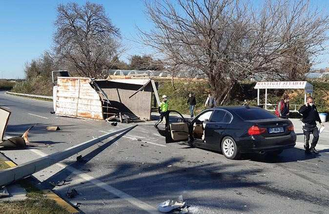 Manavgat'ta otomobil kamyonla çarpıştı