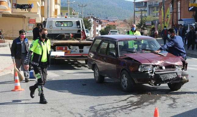 Antalya'ya kontrolsüz kavşakta kaza yaptılar...