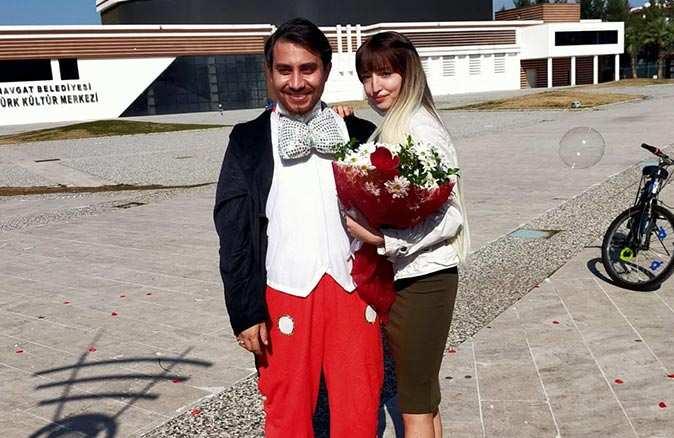 Genç kıza sürpriz evlilik teklifi