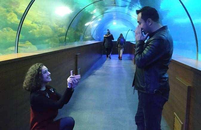 Genç öğretmen diz çöküp evlenme teklif etti