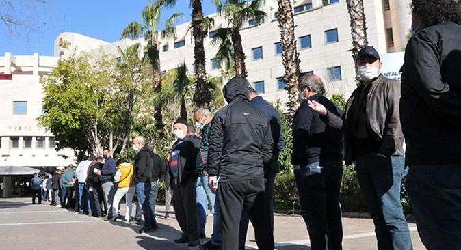 Yapılandırmada son 2 güne girildi, Antalya'da uzun kuyruk oluştu