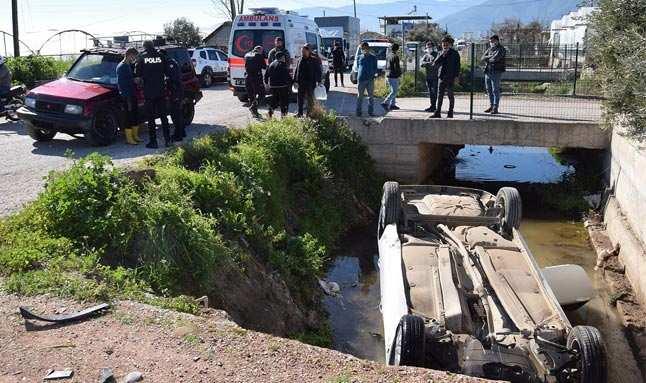 Kumluca'da otomobil sulama kanalına düştü!
