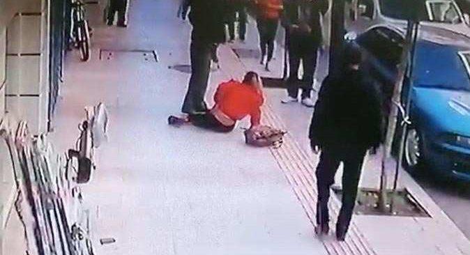 Kaldırımda yürüyen adam saniyelerle ölümden kurtuldu