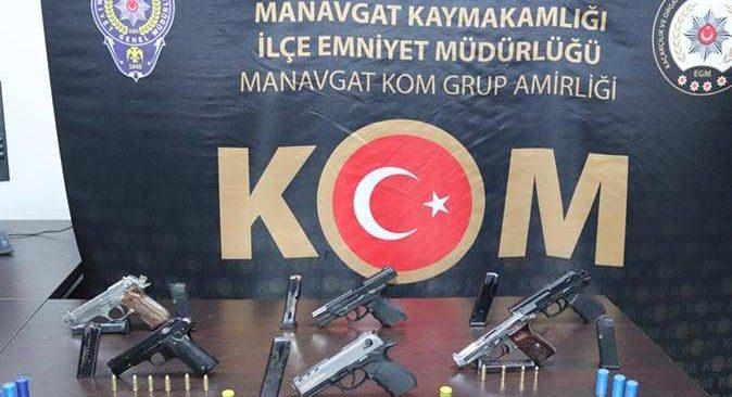 Manavgat'ta silahlar polis baskınıyla bulundu
