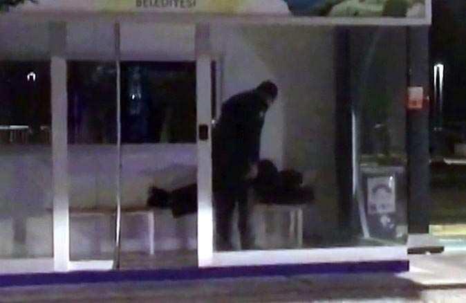 Polisin soğukta sokakta kalan vatandaşa yemek verdiği anlar kameralara yansıdı