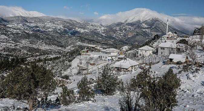 Antalya'ya yıllar sonra kar yağdı, her yer beyaza büründü